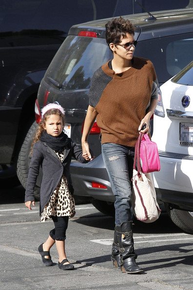 Halle Berry drops off her daughter Nahla Aubry at school in Los Angeles. (March 6, 2013)