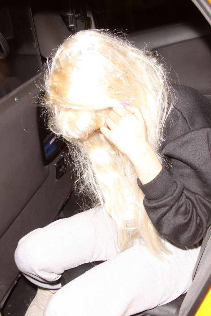 Amanda Bynes arrives back at her New York City apartment following a court hearing. (May 24, 2013)