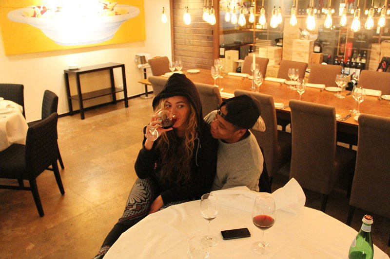 beyonce-knowles-pictured-sipping-wine-on-date-night-with-jay-z