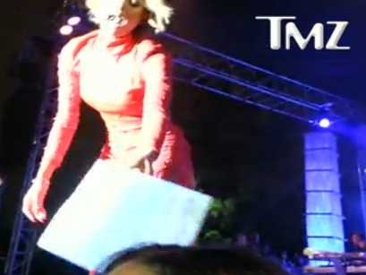 ciara-served-with-lawsuit-while-performing-on-stage