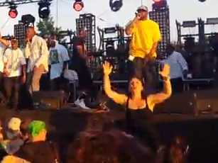 enthusiastic-sign-language-interpreter-upstages-wu-tang-clan-at-bonnaroo