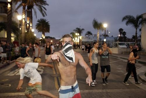 rioters in huntington beach1