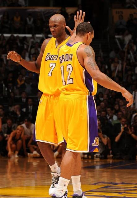 Lamar Odom makes a face as he fives Shannon Brown