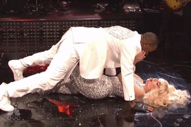Lady-Gaga-feat.-R.-Kelly-Do-What-U-Want-Saturday-Night-Live-Video-05-2013-11-17-622x415