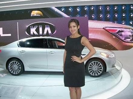 Product Consultant Marilyn Mark showcasing the KIA K900 Luxury Model
