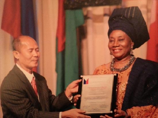 Barry Gusi presents Gusi award to Catherine Dupe Atoki