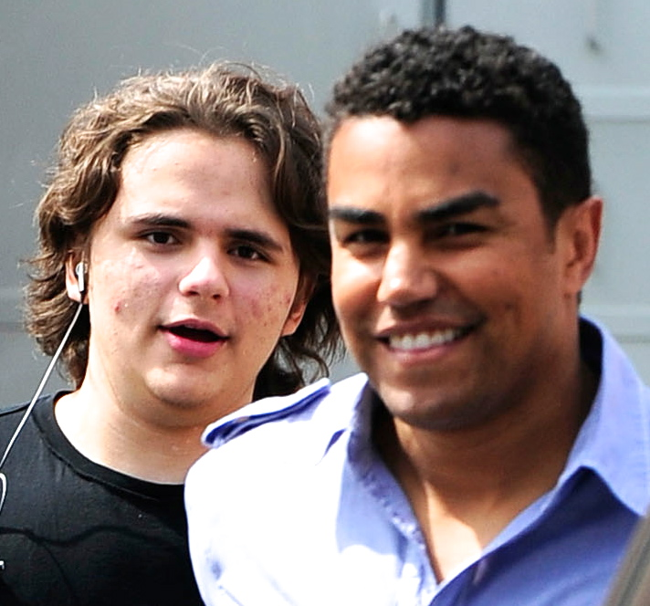 prince-jackson-and-his-cousin-tj-jackson-in-calabasas-march-2013-prince-michael-jackson-34036660-2000-1375