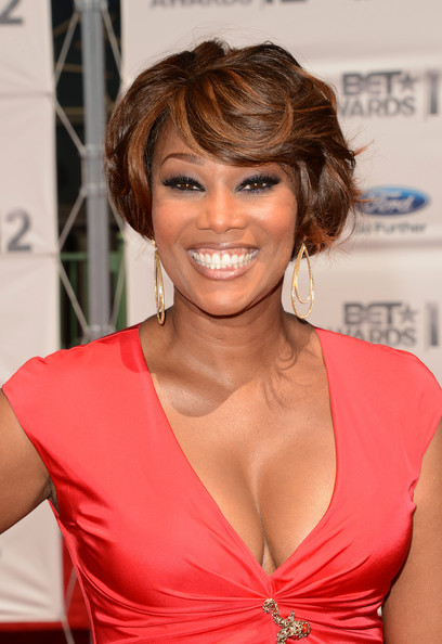 yolanda adams (cleavage)