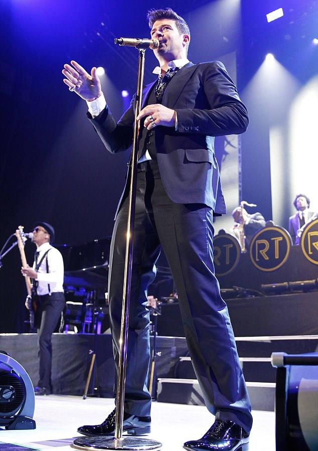 Robin Thicke (still wearing his wedding ring) dedicated a song to Paula Patton during his first concert post-split in Fairfax, Virginia on Feb. 27, 2014