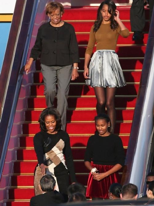 michelle obama daughters & mother arrive in china
