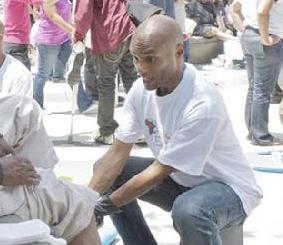 kenny lattimore - washing feet of homeless1