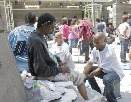 kenny lattimore - washing feet of homeless1a