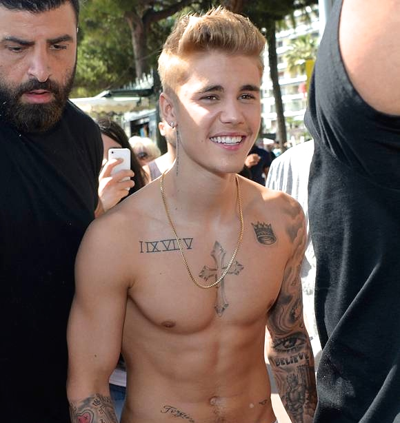 2justin-bieber-goes-shirtless-at-cannes-no-way__oPt
