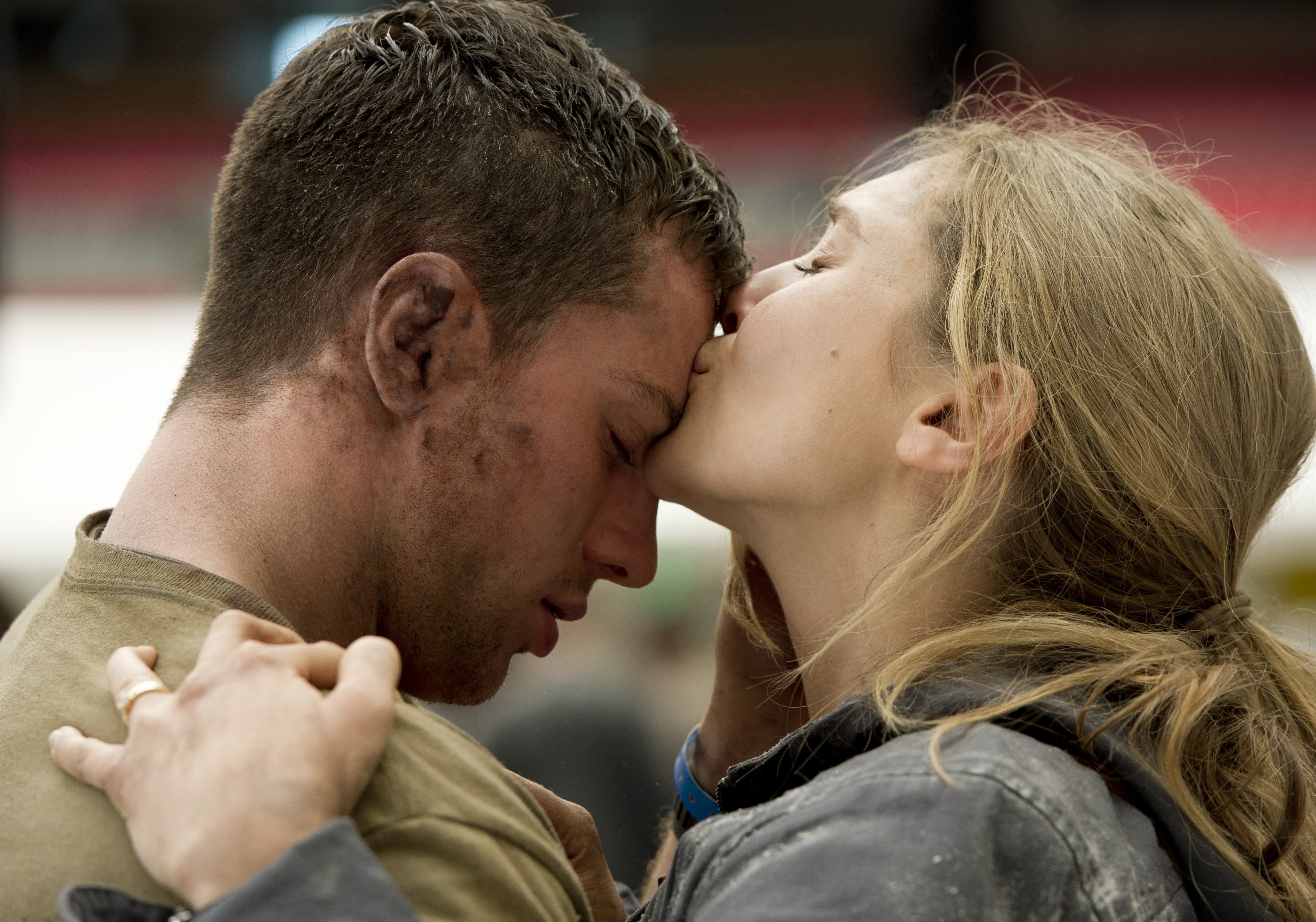 "(L-r) Aaron Taylor-Johnson as Ford Brody and Elizabeth Olsen as Elle Brody in  ""GODZILLA"""