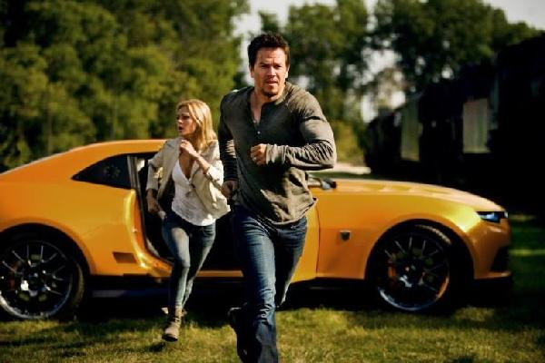 transformers 4 - walhberg & girl