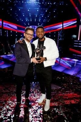"Josh Kaufman, left, poses with his trophy with Usher after the 38-year-old from team Usher was crowned the season six winner of NBC's ""The Voice"" Tuesday May 20, 2014."