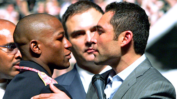 Floyd Mayweather Jr. (L) greets Oscar De La Hoya at a news conference after Mayweather defeated De La Hoya by split decision in their WBC super welterweight championship fight at the MGM Grand Garden Arena May 5, 2007 in Las Vegas, Nevada.