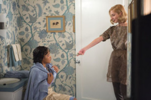"""Coral (Keke Palmer) is asked to wash her hair with lice shampoo by Libby Masters (Caitlin Fitzgerald) in """"Masters of Sex"""" (Season 2, Episode 4)"""