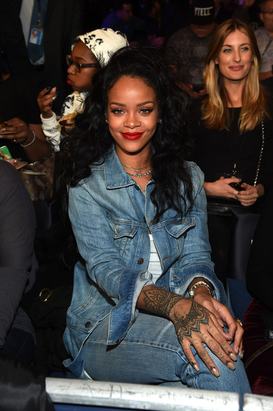 Rihanna attends as Roc Nation Sports Presents: throne boxing at The Theater at Madison Square Garden on January 9, 2015 in New York City.