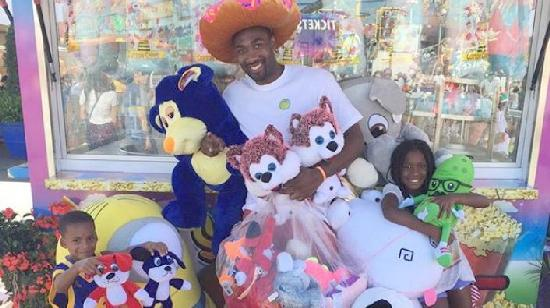 gilbert arenas & kids with county fair winnings