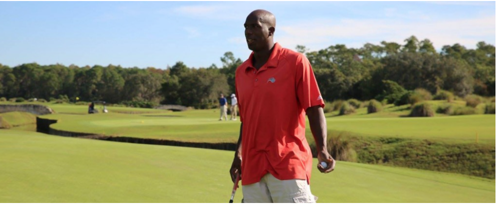 Former Magic player and current Community Ambassador Bo Outlaw surveys his putt.