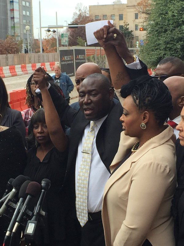 Attorney Benjamin Crump flanked by victims of Daniel Holtzclaw - Janie Liggins (L) and Shaudae Harris (R)