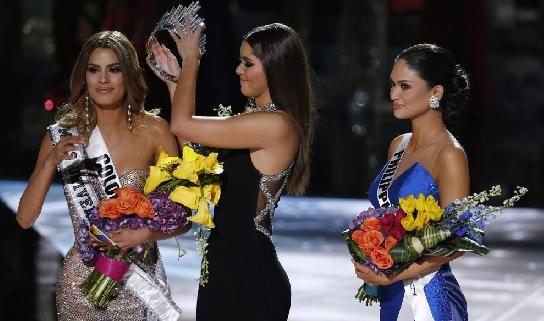 miss columbia being crowned and miss phillipines looking on