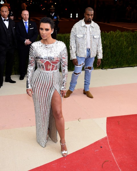 Kim Kardashian Kanye West arrive for the Costume Institute Benefit at the Metropolitan Museum of Art on May 2, 2016 in New York. / AFP / TIMOTHY A. CLARY