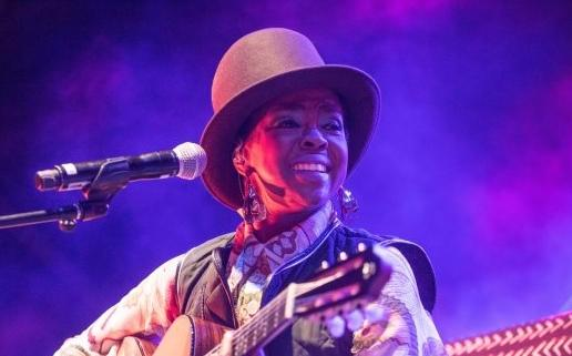 lauryn hill with guitar performing