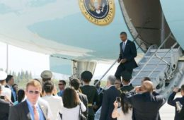 obama - exit from ass of air force one in china