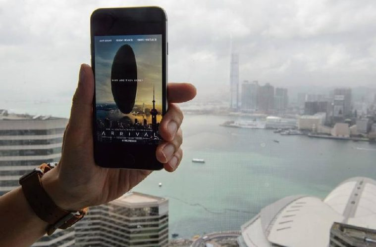 arrival-hand-smartphone