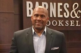 tavis smiley at barnes & noble book signing)