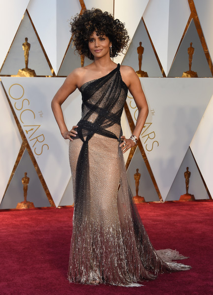 Actor Halle Berry attends the 89th Annual Academy Awards at Hollywood & Highland Center on February 26, 2017 in Hollywood, California.