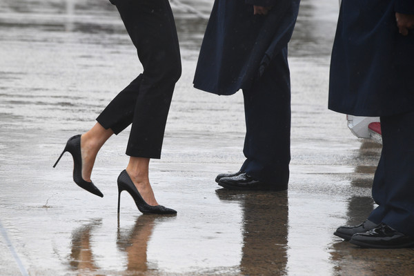 First Lady Melania Trump walks on high heels to board Air Force One at Andrews Air Force Base, Maryland, on August 29, 2017 en route to Texas to view the damage caused by Hurricane Harvey. / AFP PHOTO / JIM WATSON