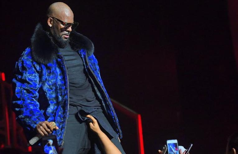 r kelly-performing - hand on crotch
