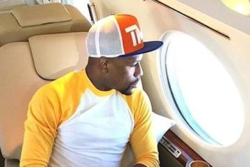 floyd mayweather looking out plane window1