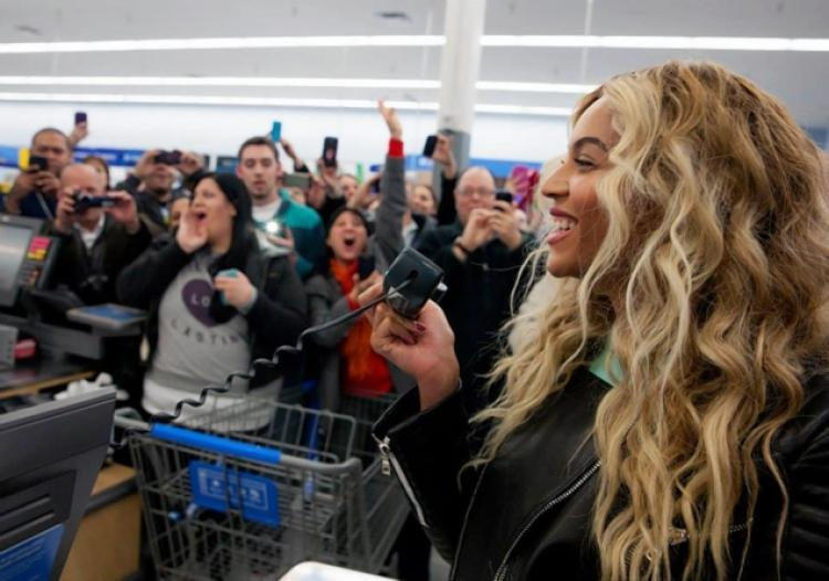 beyonce at store with phone-pa