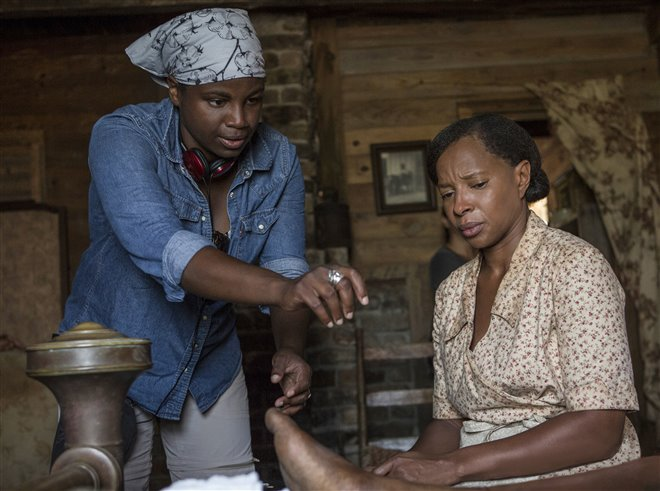 """Dee Rees (L) directs Mary J. Blige in """"Mudbound"""" (Netflix)"""