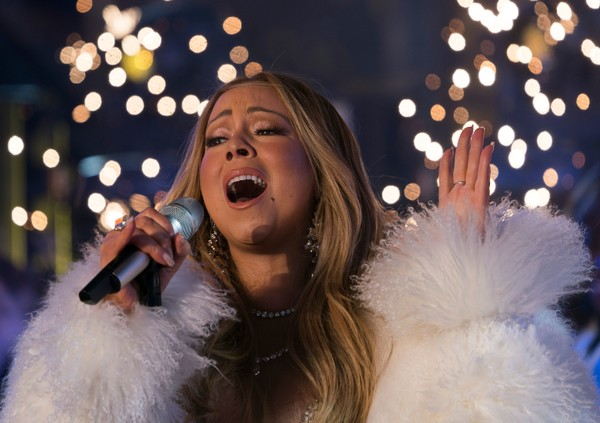 American singer, songwriter, Mariah Carey performs during New Year's Eve celebrations in Times Square on December 31, 2017 in New York. / AFP PHOTO / DON EMMERT