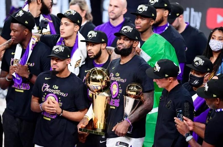 Lakers pose after winner 2020 title