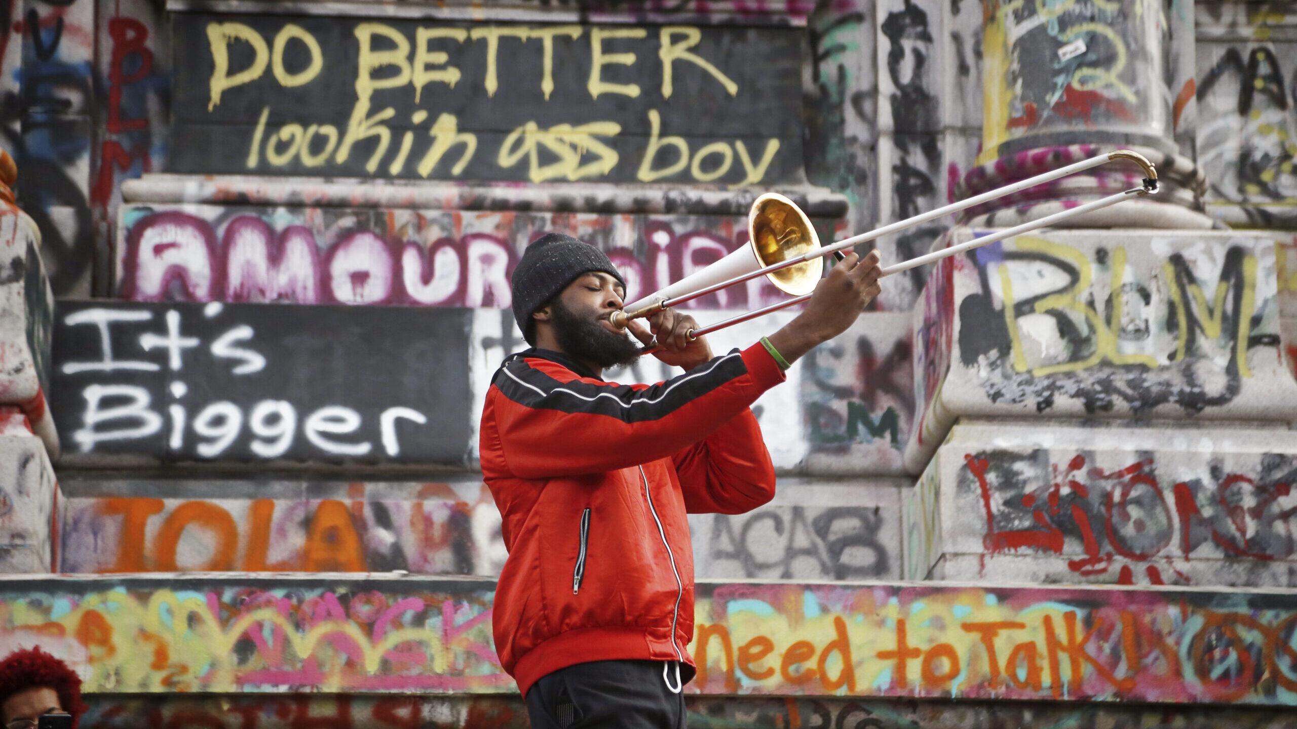 Man playing trombone at Robert E. Lee monument