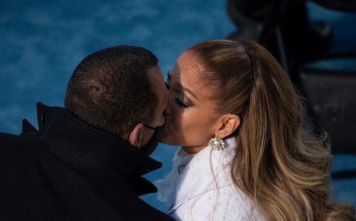Alex Rodriguez & Jennifer Lopez kissing (Getty)