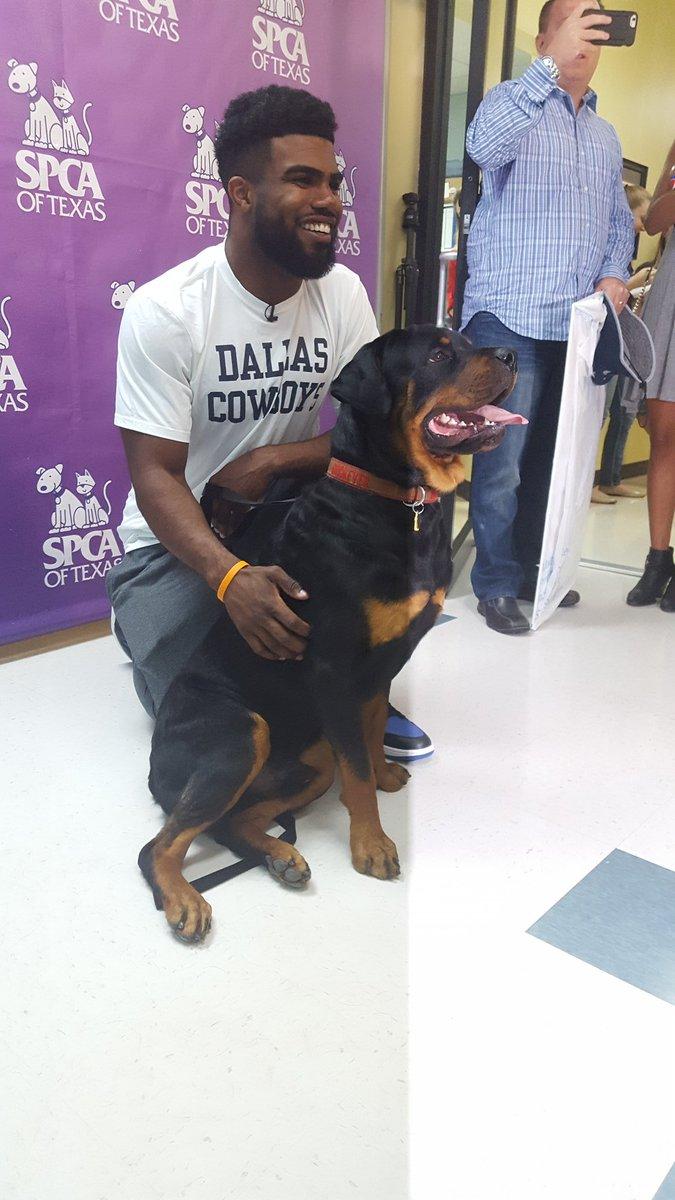 Ezekiel Elliott & dog - Twitter