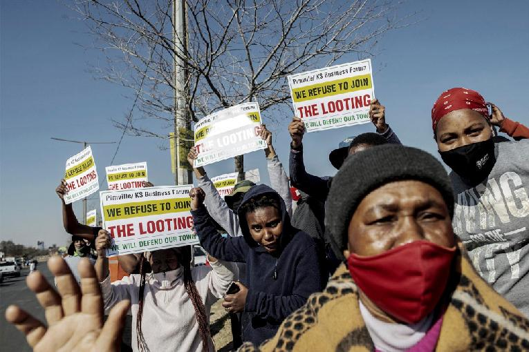 South Africa - people refusing-to-join-the-looting (Getty)